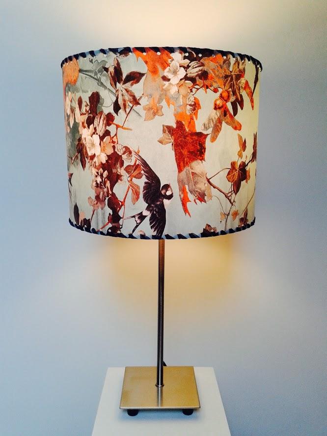 Lampe de table décorative motifs nature «Printemps des hirondelles». - Achetez-le en ligne sur Laloux Stores !