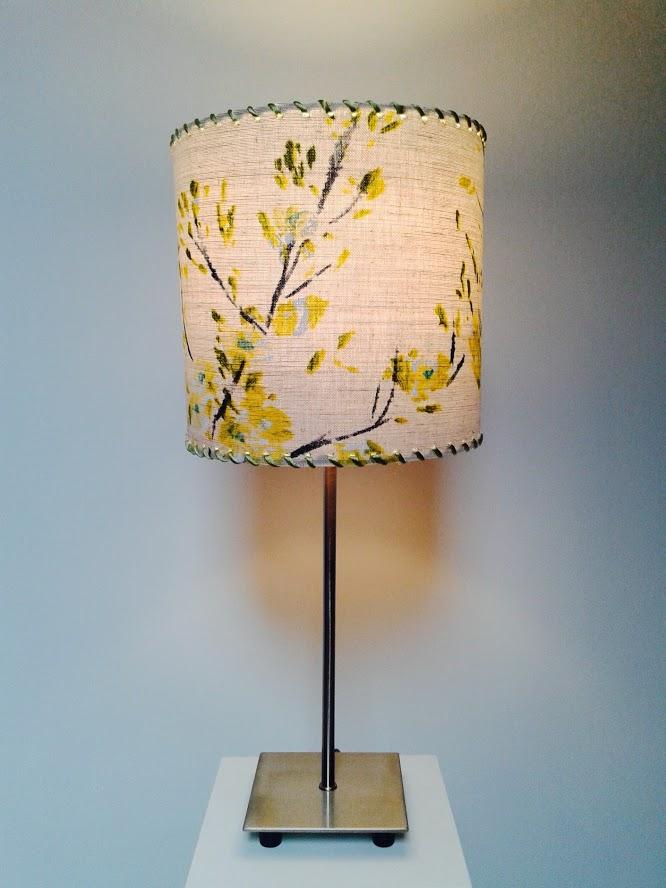 Lampe de table décorative motifs fleurs «Printemps moutarde». - Achetez-le en ligne sur Laloux Stores !